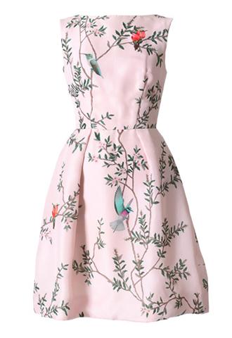 ピンクのノースリーブタイプのショートドレス。ピンクのベースに鳥と花がブリントされており、背中が大きく開いているデザインのピンクのノースリーブタイプとなります。