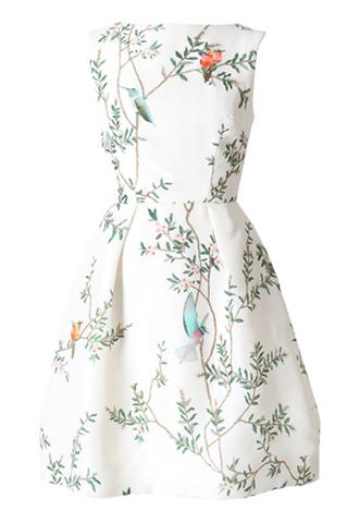 ホワイトのノースリーブタイプのショートドレス。ホワイトのベースに鳥と花がブリントされており、背中が大きく開いているデザインのホワイトのノースリーブタイプとなります。