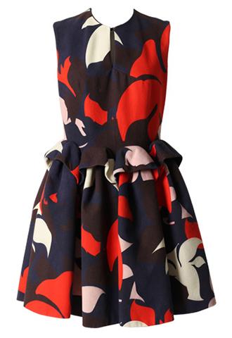 ネイビーのノースリーブタイプのショートドレス。ネイビーのベースに、レッド・ピンク・ホワイトのおおぶりなフラワーモチーフがプリントされ、腰から立体的なタックがはいっているノースリーブタイプとなります。