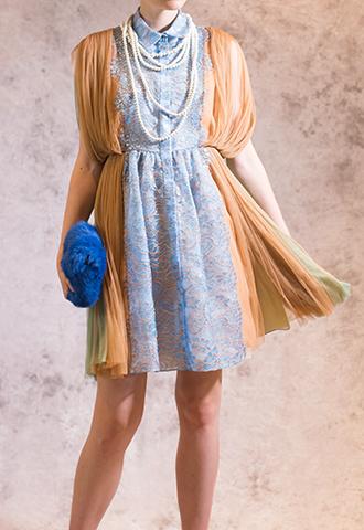 ブルーとブラウンカラーのノースリーブタイプのミニ丈ドレス。サイドはブラウン、バックはグリーンの柔らかなチュールに、フロントは淡いブルーのレースが施されているノースリーブタイプのワンピースとなります。