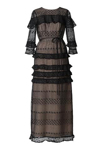 ヌードベージュのインナーに、ドット柄をベースにしたレースが全体に施されたロングドレス