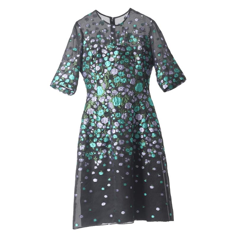 色鮮やかな刺繍が施されたブラックのレラ・ローズ(Lela Rose)のドレス。パーティーシーンにおすすめです。