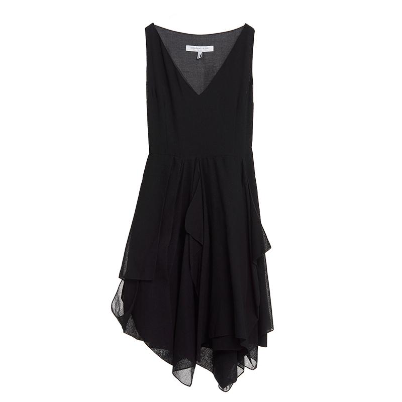 起毛のシルク素材のブラックのノースリーブタイプのショートドレス。胸元の大きく開いたVカット、動きのあるスカートのカッティングが特徴的なブラックのノースリーブタイプのワンピースとなります。