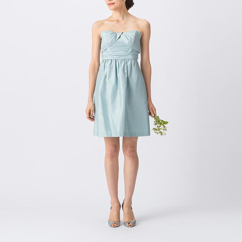 光沢・ハリ感のある素材の淡いブルーで、ベアタイプのショート丈ブライズメイドドレス