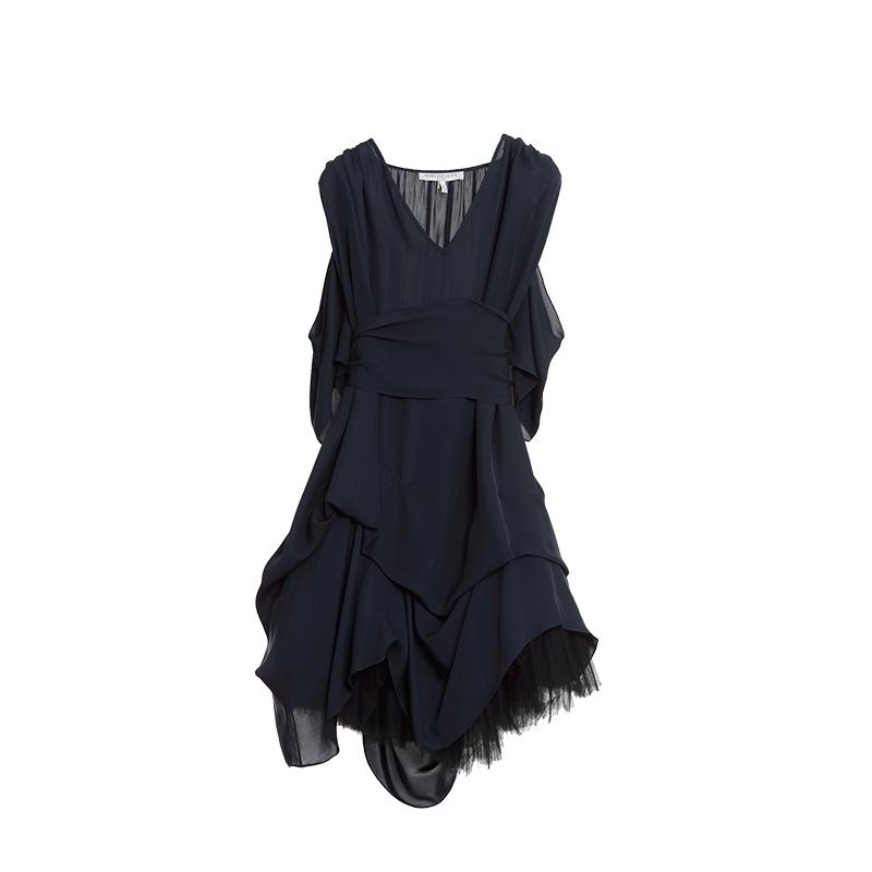 ネイビーのノースリーブタイプのミディ丈ドレス。ギャザーとドレープがたっぷり入っており、ウエストにはリボンがついたフェミニンなネイビーのノースリーブタイプのショートドレスとなります。
