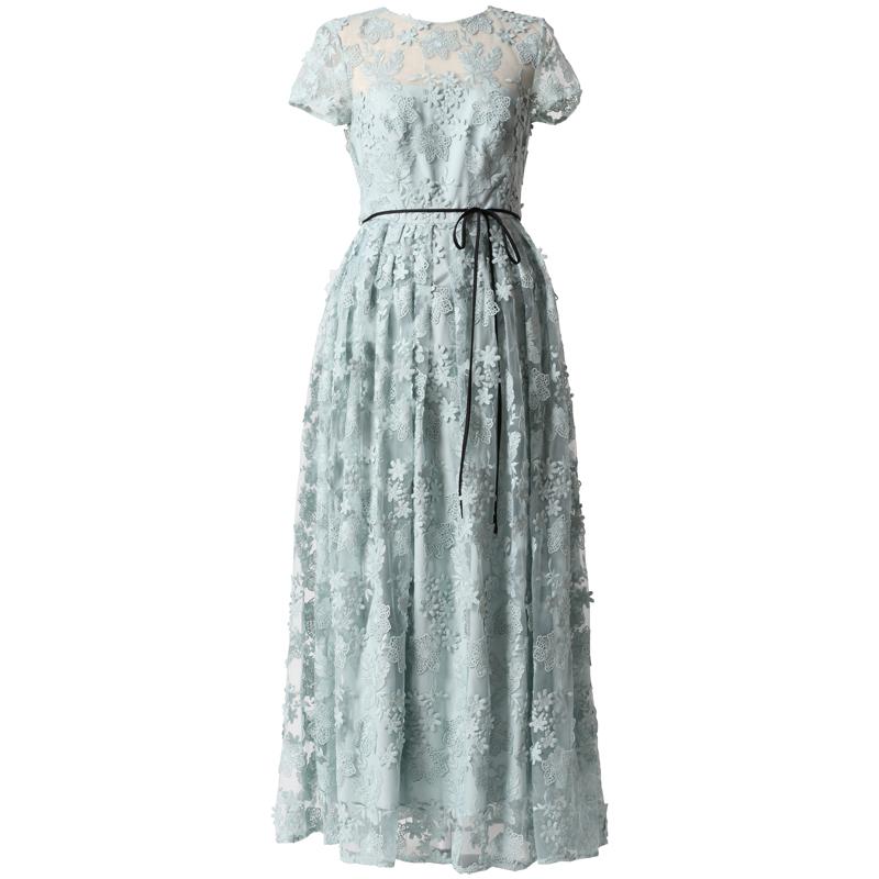 ライトブルーのショートスリーブタイプのロングドレス。フラワーモチーフの総レースで、ウエストにブラックのリボンがあしらわれた、ライトブルーのショートスリーブタイプのドレスです。