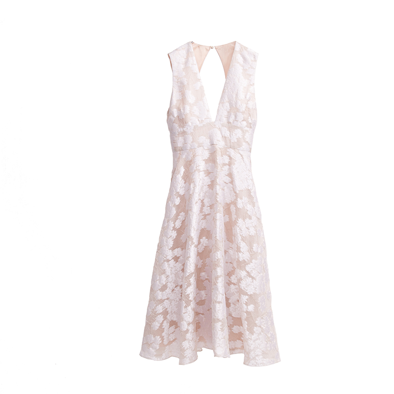 ホワイトのフラワーモチーフの刺繍が全体に施された、フェミニンなピンクアイボリーのドレス
