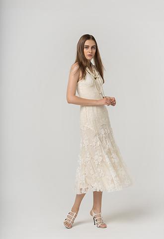 アイボリーのレースが全体にあしらわれたキャミソールタイプのウエディングドレス。花嫁様の2次会にもおすすめ。