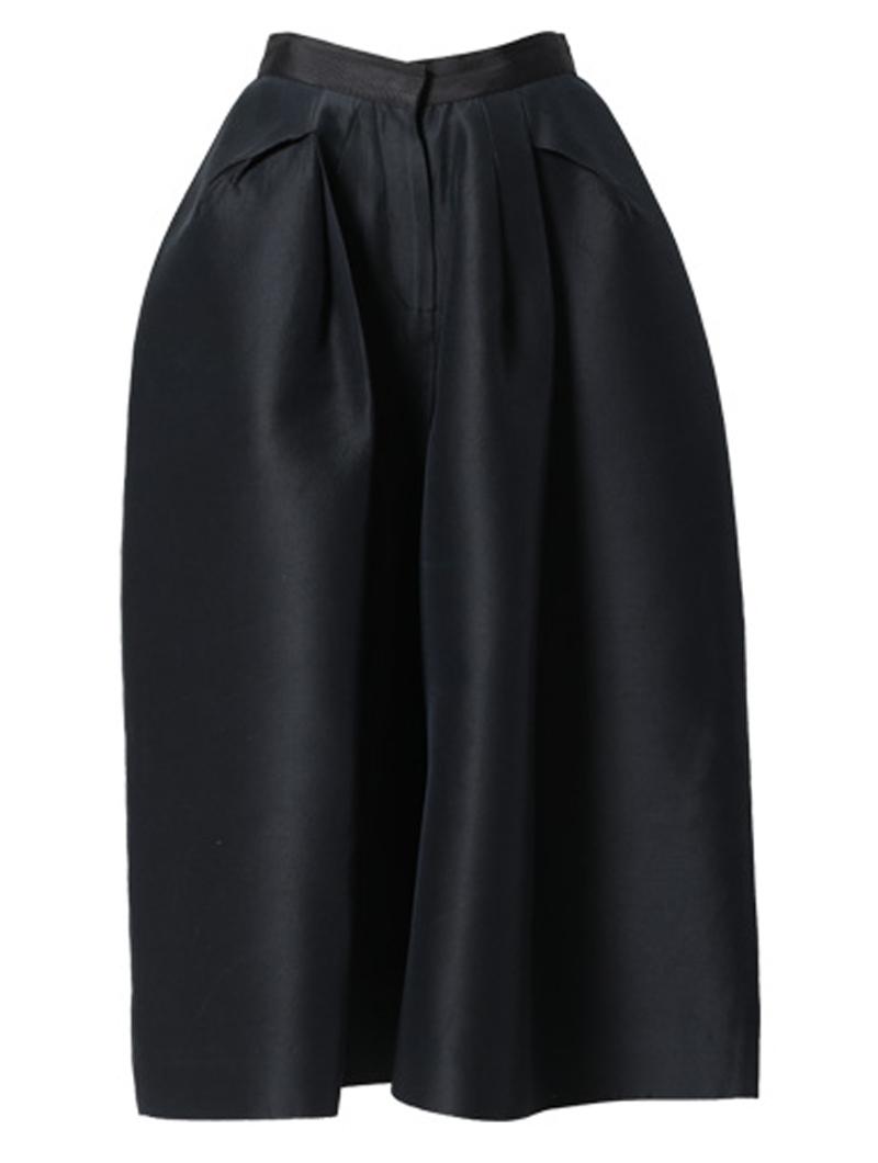 スカートのようなシルエットのオールブラックワイドパンツ