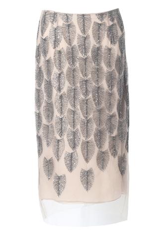 フェザーモチーフのビーズ刺繍が全体に施されたベージュのタイトスカート