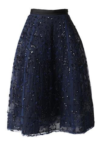 全体に施された手刺繍が輝きを放つ、ネイビーのゴージャスなスカート
