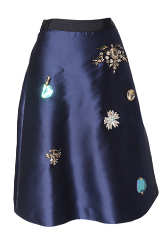 光沢のあるネイビーに、大ぶりのスパンコールやビジューで刺繍を施してるスカート