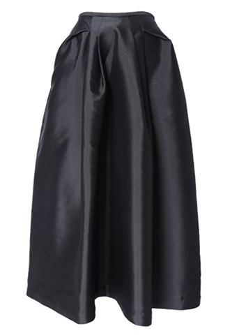 光沢のあるブラック素材で、腰からタックの入った立体的なロングスカート