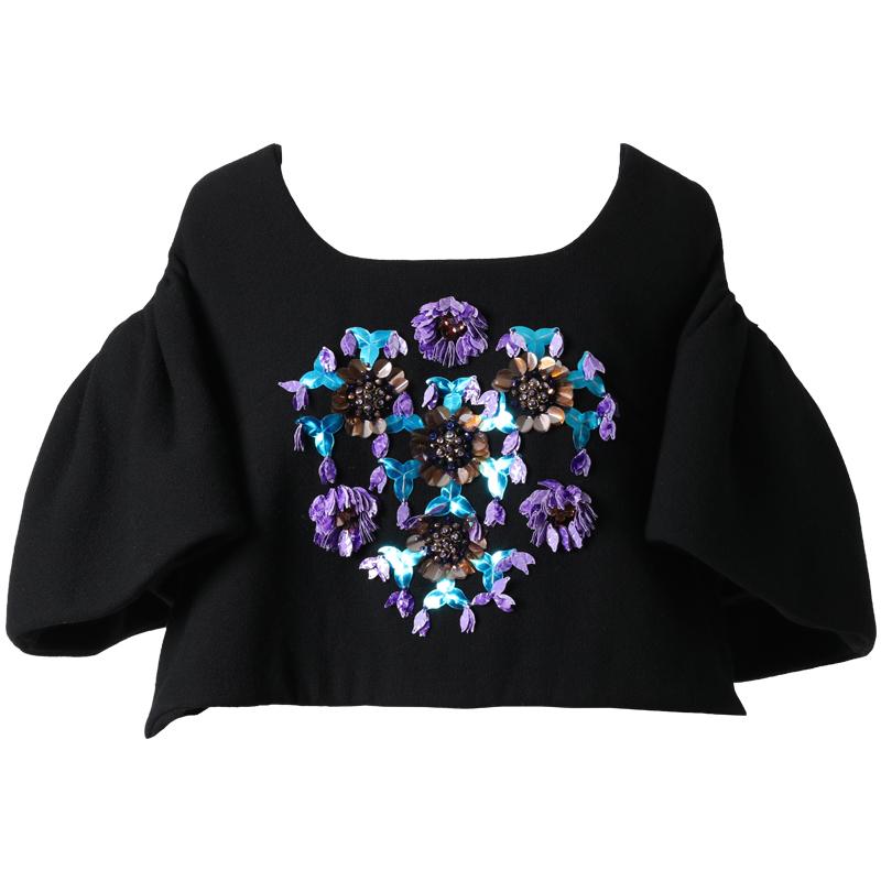 ブラックベースにブルー、パープルのビジュー刺繍が施された、ウール素材のトップス