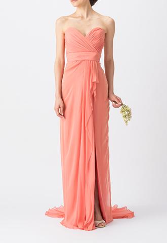 濃いピンクでフロント部分にスリットの入ったデザインの、ベアタイプのロング丈ブライズメイドドレス