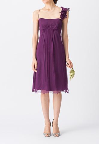 濃いパープルカラーで、片方のストラップにフリルが施されたキャミソールタイプのミディ丈ブライズメイドドレス