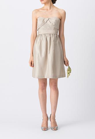 光沢・ハリ感のある素材のベージュで、ベアタイプのショート丈ブライズメイドドレス