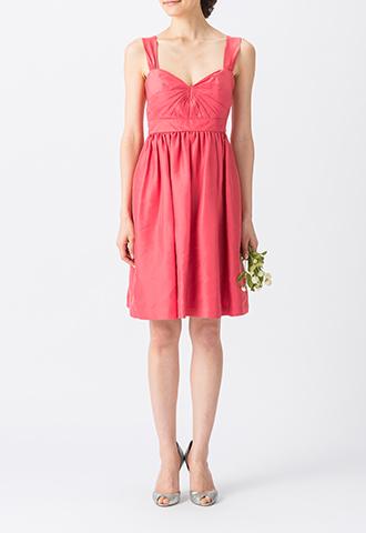 光沢のある濃いピンクで、太めなストラップのキャミソールタイプのショート丈ブライズメイドドレス