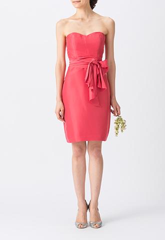 光沢のある濃いピンクで、ウエストリボンがスタイルアップしてくれるベアタイプのショート丈ブライズメイドドレス