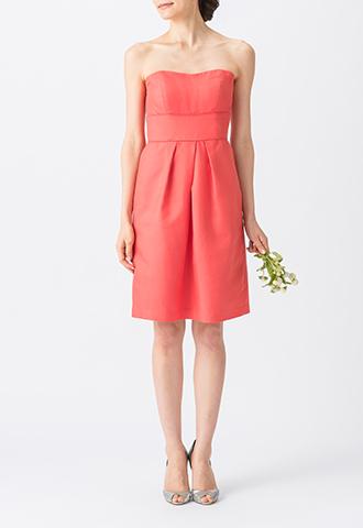 濃いグアバカラーでシンプルなデザインのベアタイプのショート丈ブライズメイドドレス