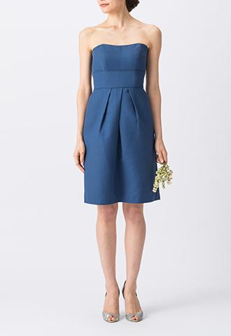 濃いブルーでシンプルなデザインのベアタイプのショート丈ブライズメイドドレス