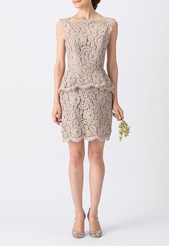 ぺプラムスカートでスタイルアップしてくれるデザインで、フラワーモチーフのベージュのレースが全体に施されたボートネックタイプのショート丈ブライズメイドドレス