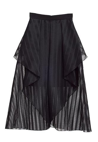 正面がスリットのように大きく開いた、ブラックのミニ丈フレアスカート