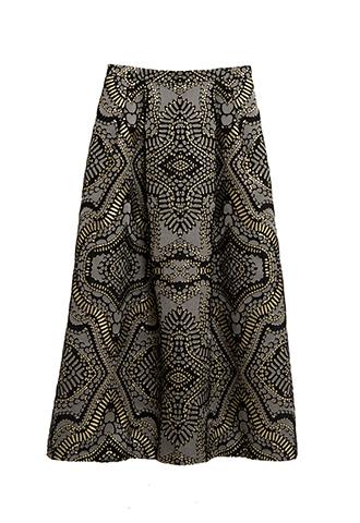 ブラックのベースにゴールドとグレーの総柄が施されたロングスカート