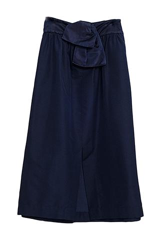 ネイビーのハイウエストスカート。ウエストにリボンが施され、正面にスリットの入ったデザインのネイビーのハイウエストタイプになります。