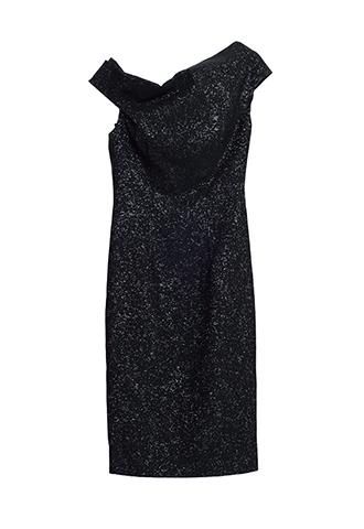 ブラックのシャイニーなジャガード素材を使用したエレガントなワンショルダードレス