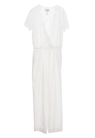 トップス全体にレースがあしらわれたオールインワンのウエディングドレス。パンツスタイルでカジュアルなパーティーや花嫁様の2次会にもおすすめ。