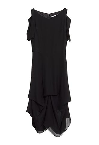 ブラックのボートネックタイプのドレス。肩の見えるデザインで、スリムシルエットのスカートにボリューミーなタックが入った、ボートネックラインのオールブラックワンピースです。