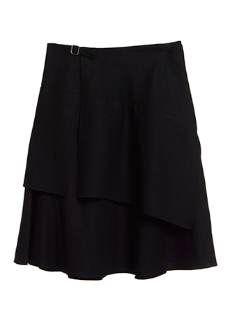 上質なウール素材のブラックカラーで、ラップ風のデザインのモード感溢れるカッティングスカート