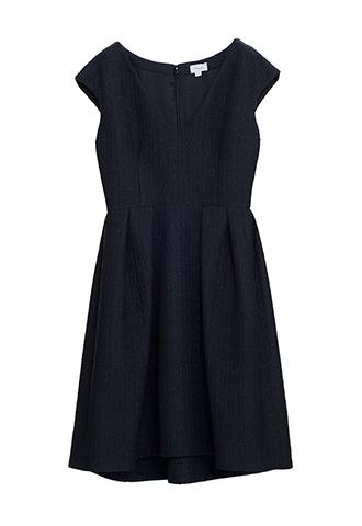 どんなシーンにも使えるシンプルなジャガード素材のリトルブラックドレス