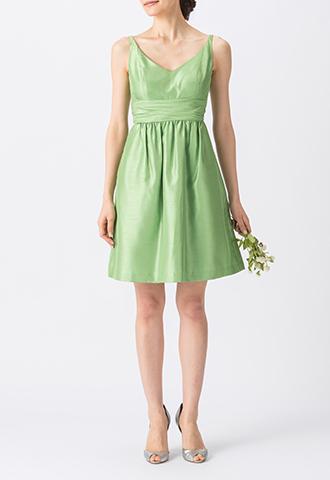 光沢・ハリ感のある素材のグリーンで、大きくあいたVカットのノースリーブタイプのショート丈ブライズメイドドレス