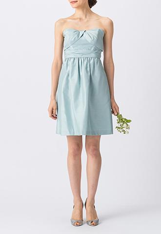 光沢・ハリ感のある素材の水色で、ベアタイプのショート丈ブライズメイドドレス