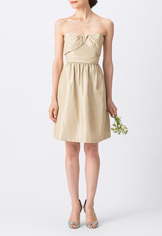 光沢・ハリ感のある素材のゴールドで、ベアタイプのショート丈ブライズメイドドレス