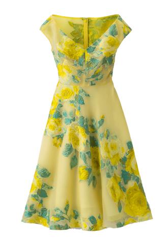 イエローのショートスリーブタイプのフレアワンピース。イエローのオーガンジー素材にイエローとグリーンのおおぶりなフラワーモチーフの刺繍が施された、胸元が大きくVカットされているフレアワンピースとなります。