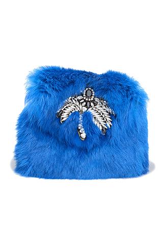 ブルーのファーにシルバーのビジューがあしらわれた使い勝手の良いチェーンバッグ