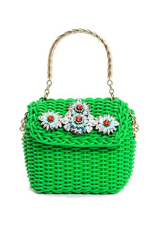 ブルーのフラワーモチーフが施されたグリーンのハンドバッグ