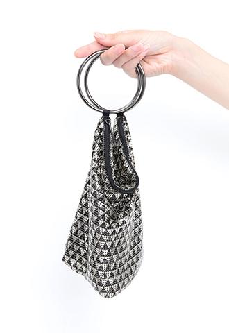 シルバーとブラックで三角の幾何学模様をえがくリングハンドルバッグ