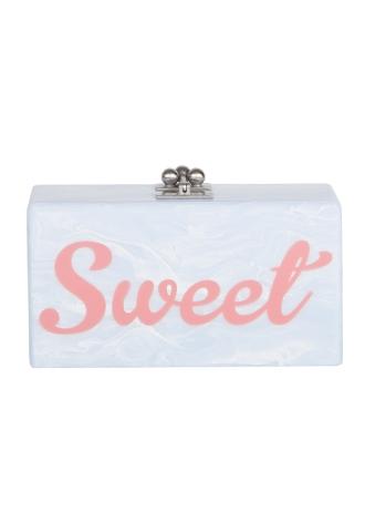 ピンクでプリントされたSWEETのロゴが目を惹く、ブルーの長方形クラッチバッグ。