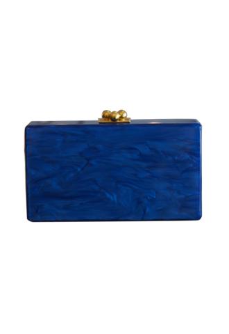 深いブルーにゴールドの取っ手のコントラストが目を惹く使い勝手のいい長方形のクラッチバッグ