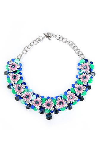 グリーン、ブルー、ピンク、シルバーのビジューとスパンコールできたフラワーモチーフがつながった、付け襟のようなネックレス