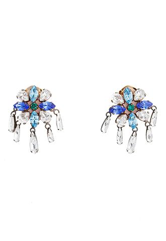 透明感のあるブルーのクリスタルでできたフラワーモチーフにドロップ型のストーンをあしらった、揺れるタイプの使い勝手の良いイヤリング