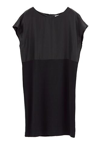 ブラックのショートスリーブタイプのワンピース。全体には着心地が良いカットソー、裾はシルクのサテン素材を使用したシンプルで使い勝手の良いブラックのショート丈のワンピースです。