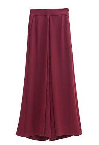 スカートのようなボリューミーなフレア感のある、使い勝手のよいバーガンディーのワイドパンツ