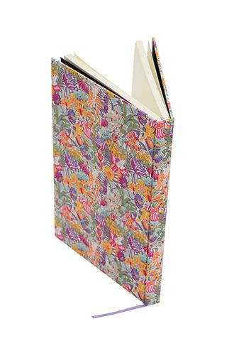 花柄のリバティプリントを使用したシンプルな白紙のノートブック