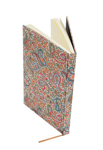 ペイズリー柄のリバティプリントを使用したシンプルな白紙のノートブック
