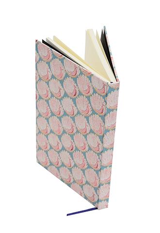 グリーンの孔雀柄リバティプリントを使用したシンプルな白紙のノートブック